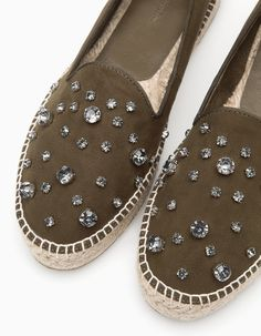 At Stradivarius you'll find Jewelled espadrilles. Sock Shoes, Cute Shoes, Me Too Shoes, Shoe Boots, Espadrilles, Espadrille Shoes, Diy Vetement, Mocassins, Espadrilles Outfit