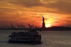 Statue of Liberty and Staten Island Ferry at sunset New York Travel, Travel Usa, Sunset In Nyc, Nyc Spring, Staten Island Ferry, Usa Holidays, Ferry Boat, Brooklyn Heights, Ellis Island