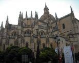 Catedral de Segovia La Dama de las Catedrales fue construida entre los siglos XVI y XVIII  y añade toques renacentistas a su estilo gótico. Su advocación está dedicada a Santa María de la Asunción y San Frutos.