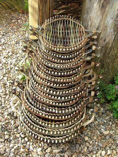 Pictures of some of the many willow baskets - aka: tension trays Twig Crafts, Nature Crafts, Wood Crafts, Fun Crafts, Arts And Crafts, Basket Willow, Rope Basket, Willow Tree, Basket Weaving