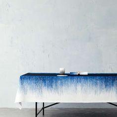 Scopri Tovaglia Pen -/ 140 x 240 cm, Blu notte di Ferm Living, Made In Design Italia Shibori Tie Dye, Deco Table, Blue Design, Set Design, Design Ideas, How To Dye Fabric, Table Linens, Sweet Home, Textiles