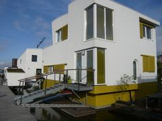 Aux Pays-Bas, on vit grâce aux maisons flottantes.