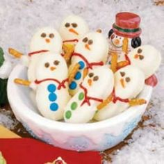 DIY Nutter butter snowmen treats for christmas/winter time! The kids would have a blast decorating these little guys!