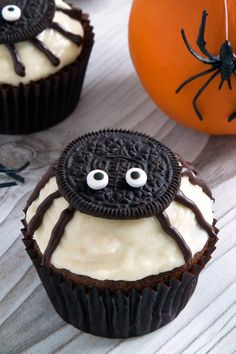 Try these fun and easy Halloween cupcakes ideas that kids are going to love. 25 ideas that don't cost a fortune to make and are easy on your wallet!