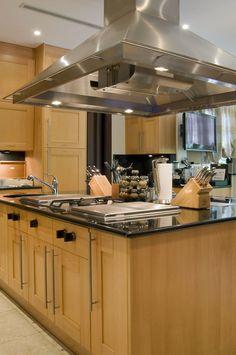 VILLA CONTENTA MIAMI Roméo #villacontenta #miami #romeo #architectureinterieure #interiordesign #luxuryfurnitures #swimmingpool #palm #garden #corinnesananes #kitchen
