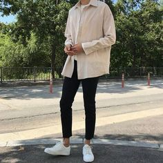 Korean fashion has been trending for many years, and it's for good reasons. With Korean's approach to outfits, accessories, and shoes, it is no doubt how many people search for Korean fashion trends for great looks. Urban Outfits, Mode Outfits, Fashion Outfits, Mens Fashion, Fashion 2018, Asian Men Fashion, Fashion Wear, Streetwear Mode, Streetwear Fashion