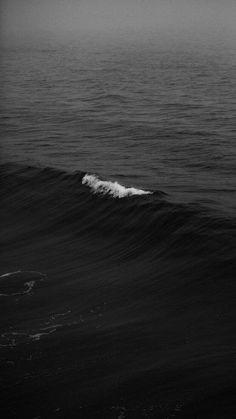 Waves Wallpaper, Dark Wallpaper, Wallpaper Ideas, Black Ocean, Planet Ocean, Black And White Wallpaper, Ocean Photography, Wall Collage, Beach