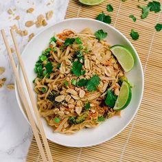 """Gibt es Pad Thai-Fans da draußen? Ich liebe es! 😍 Und nachdem ich eine ganze Weile rumprobiert habe, habe ich euch heute endlich ein Rezept mitgebracht, mit dem ihr ganz einfach ein etwas """"eingedeutschtes"""" (sprich: Zutaten aus dem Supermarkt) vegetarisches Pad Thai selber machen könnt. Das Rezept findet ihr jetzt auf dem Blog (https://kuechenchaotin.de) - den Link habe ich euch hier in meinem Profil hinterlegt! . . . . #foodporn #thatsdearlicious #instafood #foodblogger #foodofinstagram…"""