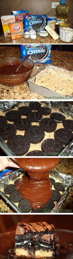 mmm cookie-oreo-brownie bar! 1. Verwarm de oven voor op180 graden. Bekleed een bakblik met vetvrij papier of folie en spray dit in met olijfolie.  2. Maak uw koekjesdeeg hoe je het wilt en verspreid op in de bodem van het bakblik. 3. Bedek je koekjesdeeg met Oreo cookies. 4. Klop de brownie-mix en giet dit gelijkmatig over de Oreo cookies. 5. Bak op 180 graden gedurende 40 minuten.