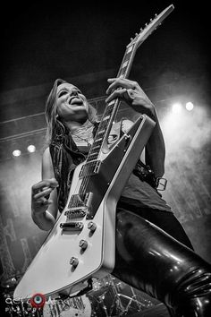 Lzzy Hale: Front Lady for the band Halestorm. Bass, Rock And Roll Girl, Heavy Metal Girl, Lzzy Hale, Mayday Parade Lyrics, The Amity Affliction, Alan Ashby, Women Of Rock, Guitar Girl