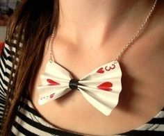 Cute bow tie necklace made with a playing card. A great DIY Alice in wonderland dress up! - TOTALLY doing this. i'm like this idea 👍 Mad Hatter Party, Mad Hatter Tea, Mad Hatters, Diy Jewelry, Jewelry Making, Jewellery, Queen Of Hearts Costume, Fantasias Halloween, Alice In Wonderland Tea Party