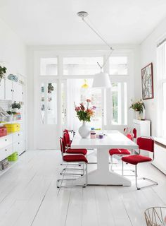 salon-colorido-luminoso-01 Kitchen Dinning Room, Dining Room Table, Living Spaces, Living Room, Happy House, Scandinavian Interior, Home Renovation, Sweet Home, New Homes