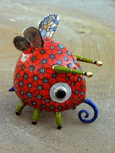 A duo of Ukrainian artists consisting of Anya Stasenko and Slava Leontyev creates tiny whimsical porcelain creatures that they paint with a wildly imaginative and creative array of painstakingly detailed and brilliantly colorful designs. Toy Art, Animal Sculptures, Sculpture Art, Ceramic Sculptures, Ceramic Pottery, Ceramic Art, Slab Pottery, Ceramic Bowls, Art Jouet
