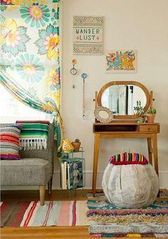 Fotos, móveis,desenhos e pinturas da família, objetos garimpados em viagens…há muitas formas de falar da história ou lembranças da família na decoração da casa.