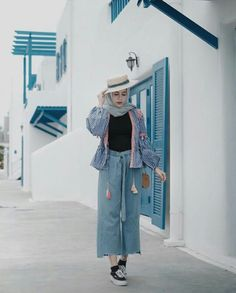High low raw hem pant with top outfit is looking fabulous with pair of stripped blazer and get craziness with hijabie fashion. add winter hat for your crazy Casual Hijab Outfit, My Outfit, Casual Outfits, Ootd Hijab, Muslim Fashion, Modest Fashion, Korean Fashion, Fashion Pants, Fasion