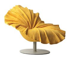 Designer Kenneth Cobonpue ist hier das seltene Phänomen gelungen, dass das Design der Armsessel und Clubchairs nicht nur an eine Blüte erinnert, sondern auch tatsächlich deren natürliche Attraktivität eingefangen hat.