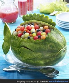 obst schnitzen wassermelone fisch tischdeko You are in the right place about food carving thai Here Watermelon Whale, Carved Watermelon, Watermelon Bowl, Watermelon Ideas, Watermelon Shark Carving, Watermelon Animals, Watermelon Flower, Watermelon Designs, Watermelon Birthday