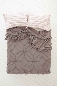 Magical Thinking Tufted Medallion Coverlet - Urban Outfitters