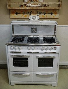 Antique Gas Stoves Vintage Wedgewood 6 Burner Double Oven With Glass Doors Clock with Salt Pepper Shakers Cook Light and Timer this is an antique stove that has been restored - I am still waiting to hear back about the price Antique Kitchen Stoves, Antique Stove, Retro Kitchen Appliances, Vintage Appliances, Retro Stove, Old Stove, Stove Oven, Double Oven Range, Vintage Kitchen Decor