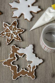 Jak zrobić lukier? Jak dekorować pierniki? Christmas Gingerbread, Gingerbread Cookies, Christmas Cookies, Cake Recipes, Snack Recipes, Cake Cookies, Baked Goods, Cake Decorating, Sweet Treats