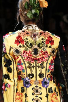 The complete Dolce & Gabbana Spring 2017 Ready-to-Wear fashion show now on Vogue Runway. Couture Mode, Style Couture, Couture Details, Fashion Details, Look Fashion, Couture Fashion, New Fashion, High Fashion, Fashion Show