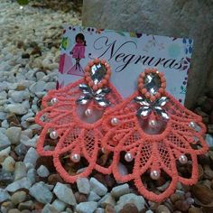 Resultado de imagen para como hacer zarcillos de torchon Lace Earrings, Crochet Earrings, Wire Wrapping Tutorial, Craft Fairs, Quilling, Washer Necklace, Jewerly, Tassels, Diy And Crafts