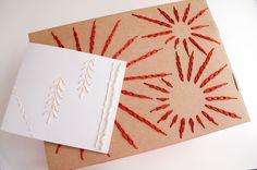 Salut knitters ! Si vous voulez décorer vos cadeaux d'une façon originale, utilisez vos restes de coton WAK et découvrez les deux projets qui rendront votre Noël différent. Avec très peu de matériel, vous pourrez créer une carte ou une boîte qui surprendra la personne à qui vous les offrirez. Alors, cap ou pas cap …