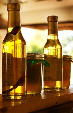 Du möchtest Pickel mit einem wirksamen Hausmittel bekämpfen? In diesem Artikel erfährst Du, wie hochwertiger Apfelessig gegen Pickel und Entzündungen wirkt.