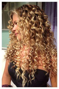La magia #degradèjoelle con #extescionJoelle #centrodegradèjoelleelisausai Dyed Curly Hair, Curly Hair Styles, Curly Hair Tips, Medium Hair Styles, Highlights Curly Hair, Brown Blonde Hair, Balayage Hair, Long Blonde Curly Hair, Curly Girl
