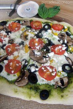 Pizza vegetariana con sabores mediterráneos para usar el pesto de espinaca y albahaca. Se cubre con tomates, aceitunas, champiñones y queso feta o fresco.