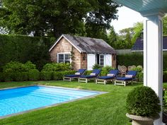 This Hamptons home designed by Gregory Shano is a total feast for the eyes! The New York-based interior designer is known for creating beautiful spaces that blend elegance and ease, sophistication … Hampton Pool, East Hampton, House Of Turquoise, Tropical Home Decor, Tropical Houses, Die Hamptons, Beautiful Beach Houses, Pool House Designs, Backyard Pool Landscaping