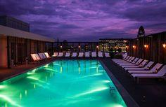 Casa com piscina iluminada