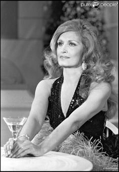 Dalida en 1981 sur un plateau télé. En 2012, 25 ans après son suicide dans la nuit du 2 au 3 mai 1987, Dalida continue de passionner et de renvoyer l'image d'une diva aux airs de femme fatale. Sa facette intime, celle de la femme désespérée, reste à découvrir...