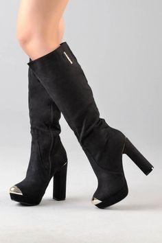 Botas altas de tacón. Un color elegante y sofisticado. Definitivamente en tu armario no puede faltar nuestras botas negras.