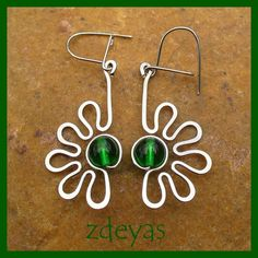 wire wrapped green bead wiht siver wires, wiggly lines earrings Optimistická zeleň | Zobrazit plnou veli...