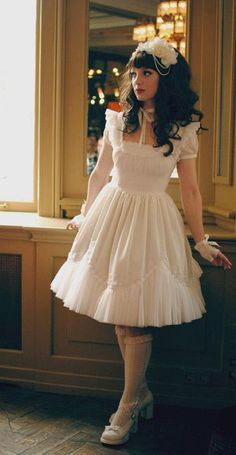 Lovely Lolita coord and pose. Almost tempts me to grow my hair long again.