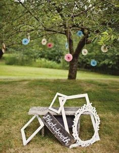 A photobooth via old painted frames for a cheap wedding decor rnrnSource by themayowa Funny Photo Booth, Diy Photo Booth, Photo Booth Frame, Photo Booth Backdrop, Diy Wedding Photo Booth, Picture Frames, Backdrop Wedding, Wedding Photoshoot, Wedding Frames