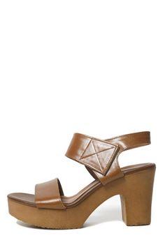 Today's Hot Pick :簡潔設計粗跟牛皮涼鞋 http://fashionstylep.com/SFSELFAA0015603/stylenandatw/out 簡潔款厚底粗跟涼鞋 牛皮材質和木質鞋底,穿起來更顯高檔時尚。 簡潔寬設計和厚底粗跟,更不失休閒個性 魔術貼,穿脫方便,實穿必備款 共2種顏色,喜歡的姐妹們隨意挑選哦^^