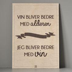 Træskilt - Vin bliver bedre med alderen. Håndtrykt i Danmark.