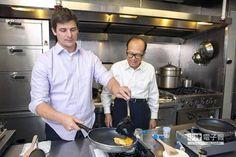 【雞蛋太貴?李嘉誠改吃人造蛋】  Hampton Creek創辦人Josh Tetrick(左)炒起全球首盤「素炒蛋」,旁為華人首富李嘉誠(右)。(圖片來源:Hampton Creek官網)