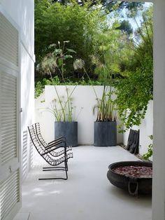 Als uw tuin omringd wordt met bomen en groen, kan u met enkele eenvoudige accenten een minimalistisch en tegelijk sfeervol terras creëren. Een strak terras is bovendien makkelijk te onderhouden.