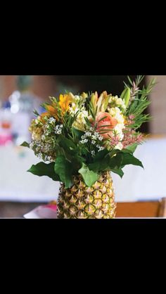 Flower arrangement in a pineapple - perfect for a tropical celebration! - Flower arrangement in a pineapple – perfect for a tropical celebration! Festa Party, Luau Party, Tiki Party, Beach Party, Fruit Centerpieces, Centerpiece Ideas, Centerpiece Wedding, Deco Floral, Partys