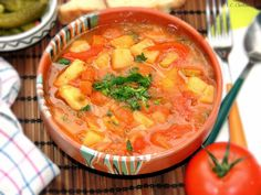 Gulas fara carne- mancarica de cartofi Romanian Food, Romanian Recipes, Raw Vegan, Cheeseburger Chowder, Thai Red Curry, Carne, Zucchini, Veggies, Food And Drink