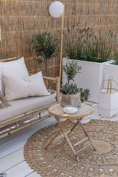 Precious Tips for Outdoor Gardens In general, almost half of the houses in the world… Outdoor Spaces, Outdoor Living, Outdoor Decor, Interior Balcony, Interior Garden, Urban Garden Design, Pergola Design, Terrace Design, Small Patio