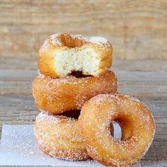 Violeta Pasat: Donuts fritos e donuts no forno/Fried sugar donuts and baked sugar donuts Waffle Recipes, Donut Recipes, Delicious Desserts, Dessert Recipes, Yummy Food, Beignets, Fried Donuts, Doughnuts, Mini Donuts