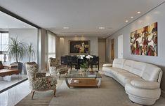 O projeto revisita o estilo clássico, mas propõe um mix com elementos contemporâneos. Veja: http://www.casadevalentina.com.br/projetos/detalhes/classico-revisitado-612 #decor #decoracao #interior #design #casa #home #house #idea #ideia #detalhes #details #style #estilo #casadevalentina #classic #classico #livingroom #saladeestar