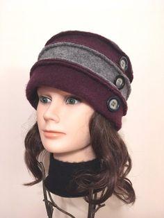 Chapeau en laine bouillie pour femme gris et raisin. Laine bouillie 100% récupérée ornée de boutons vintage. Original, confortable, unique