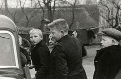 Steden en dorpen. Nieuwsgierige jongens bij de auto van de fotograaf. Staphorst, Nederland, 1937. #Overijssel #Staphorst