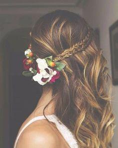 Penteado lindo com acessório! #penteadoromantico #penteadoparafesta #flores #tiaras #trancas #cabelos #meiosolto #semipreso #luzes #mechas #instahair #salaovirtual