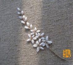 꽃대 한 줄기 수놓고 그 봄을 기억하다 #소금빛자수 #자수레슨 #모사자수실 #자수재료  #손끝에서피는꽃과자수 #입체자수꽃나무열매  #리넨 #linen #needlework #embroidery